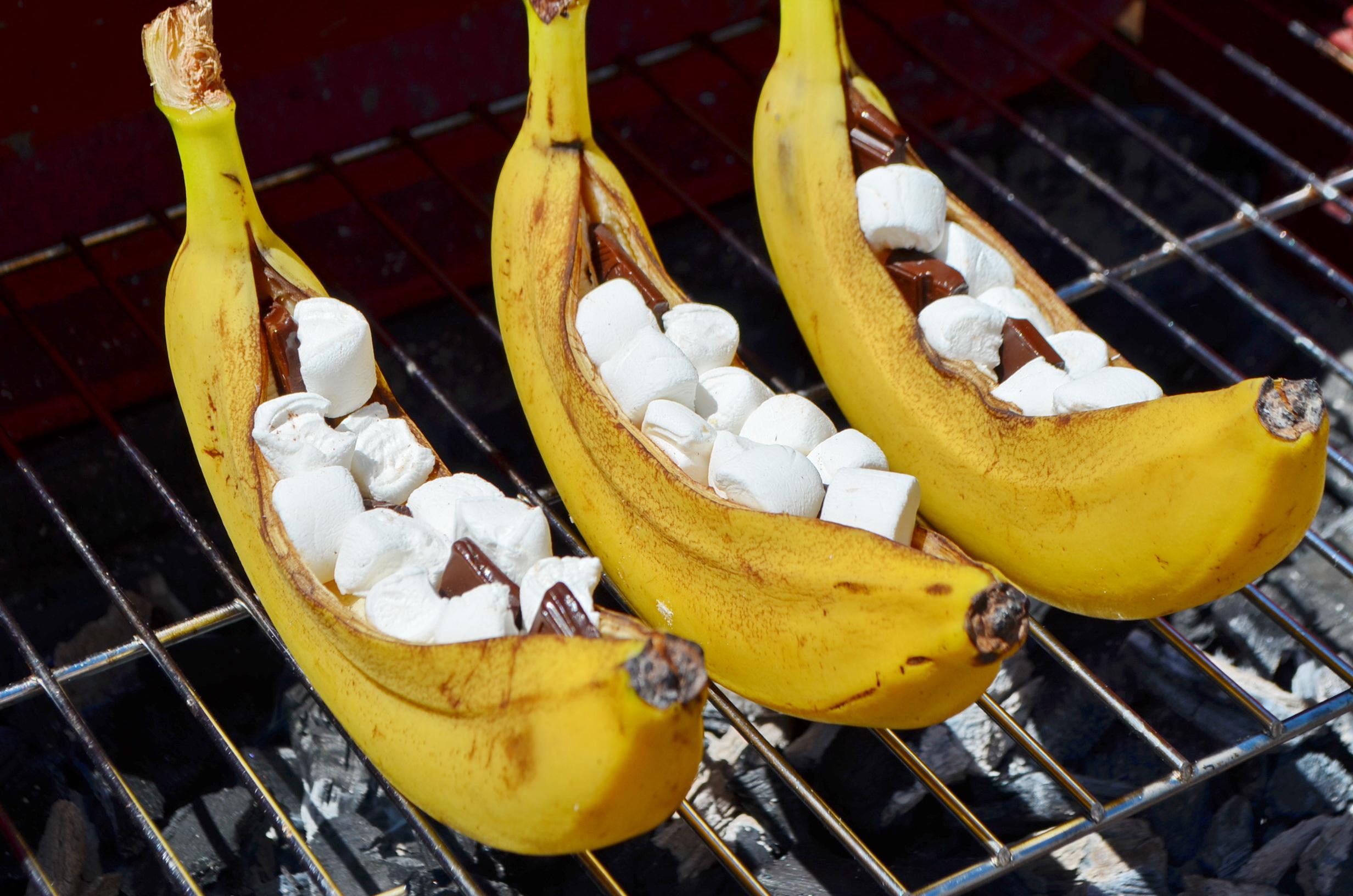 Запеченные на гриле бананы с зефирками