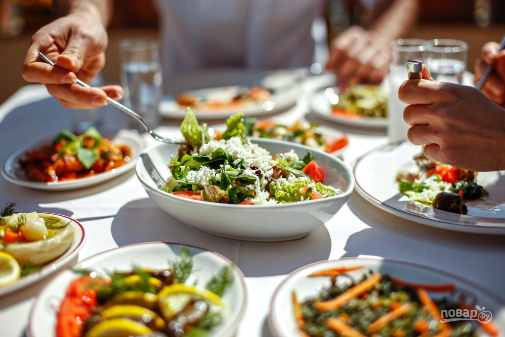 Люди едят салат