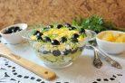 Салат с курицей, ананасами и маслинами