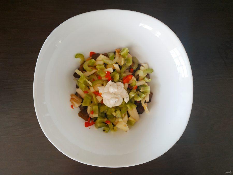 Салат с грибами и яблоками
