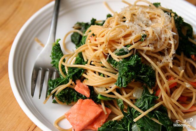 Рецепт Паста с копченым лососем и капустой кале
