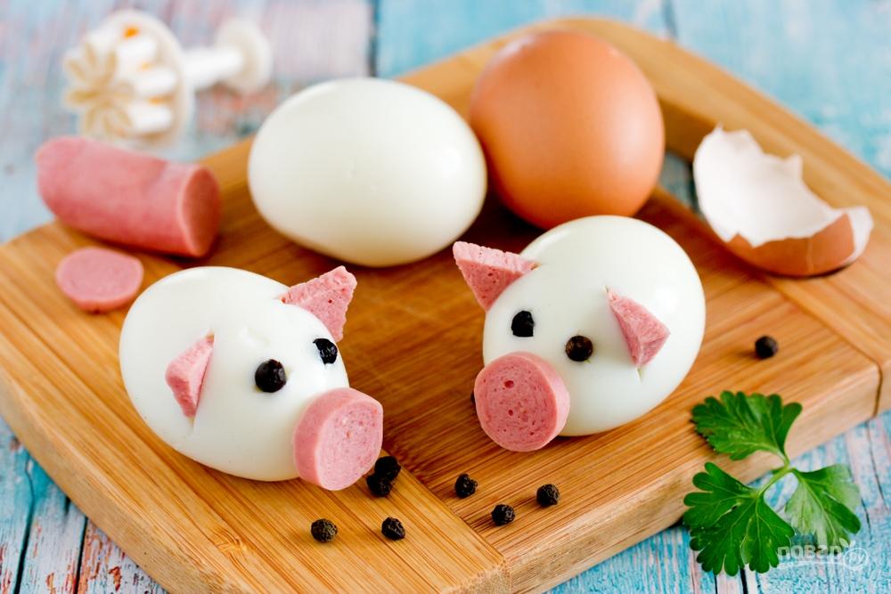 Закуска из яиц и колбасы на год Свиньи