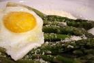 Спаржа с яйцом