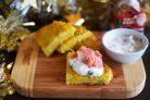 Рёшти с малосольной рыбой и соусом из хрена