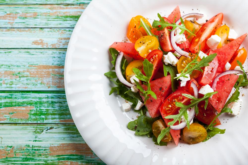 Салат с арбузом, помидорами и сыром фета