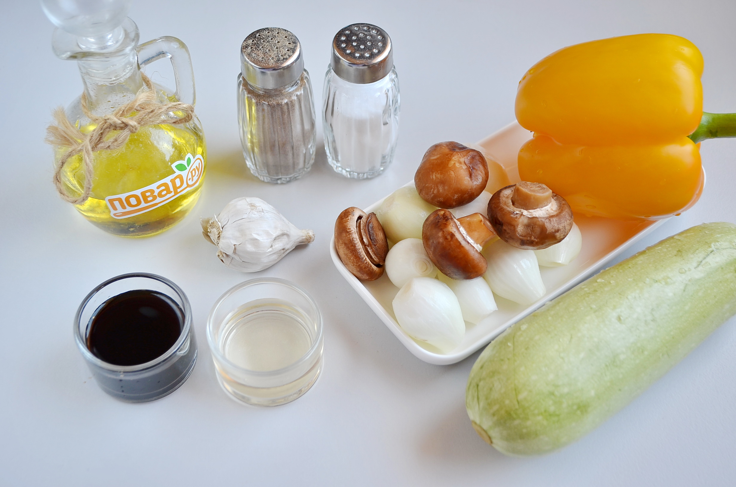 Овощи на гриле, шаг 1: приготовьте специи, цукини, паприку, шампиньоны