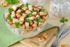 Салат с фасолью, копченой курицей и сухариками