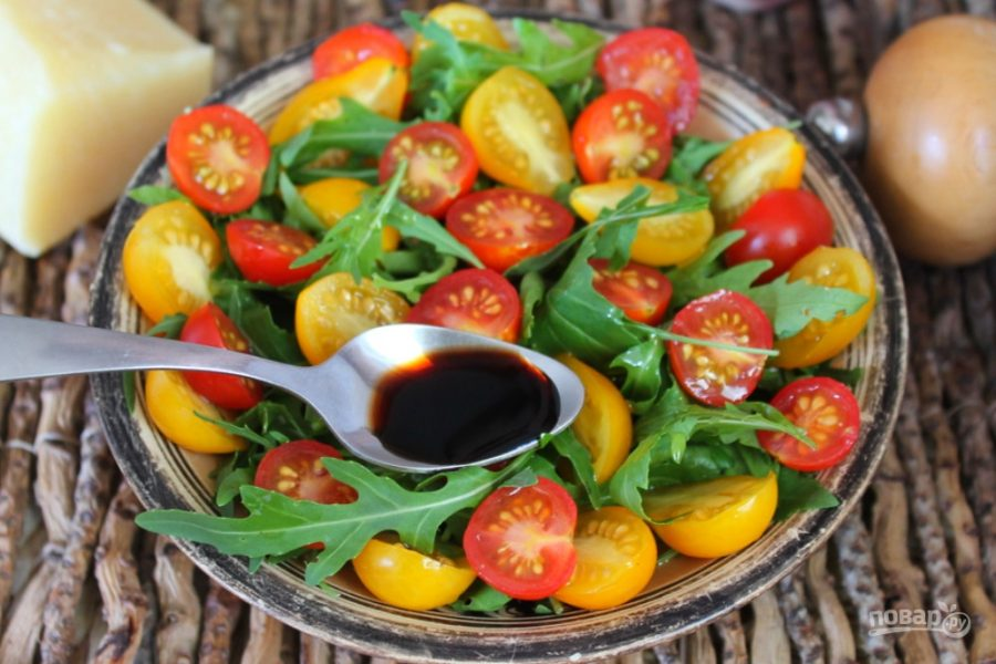 Салат из рукколы с помидорами черри и пармезаном