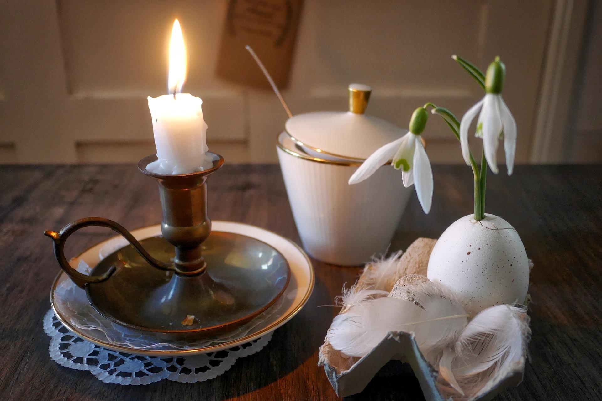 Пасхальная композиция из свечи и подснежника