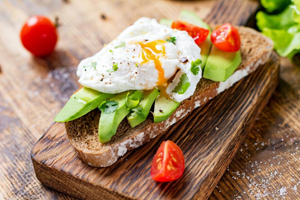 Бутерброд с авокадо, помидором и яйцом пашот