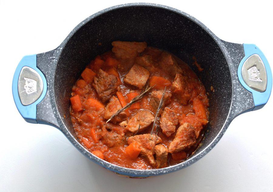 Мясо, тушенное в кастрюле
