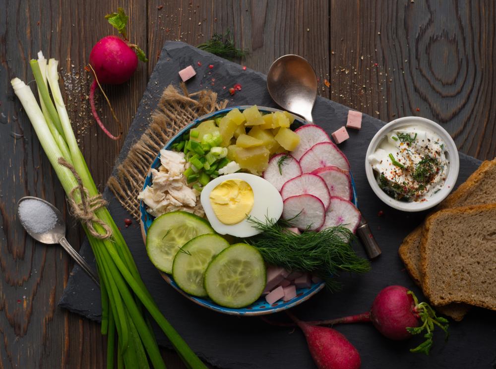 Ингредиенты для приготовления окрошки: вареный картофель, колбаса, отварная курица, огурцы, редис, укроп, зеленый лук
