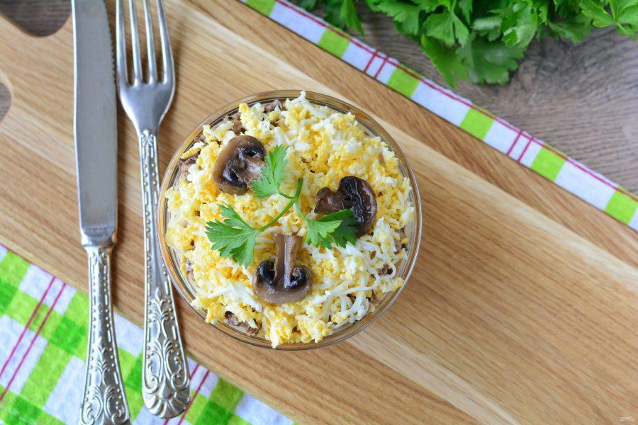 Салат с сайрой и грибами