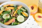 Салат с персиками и киноа
