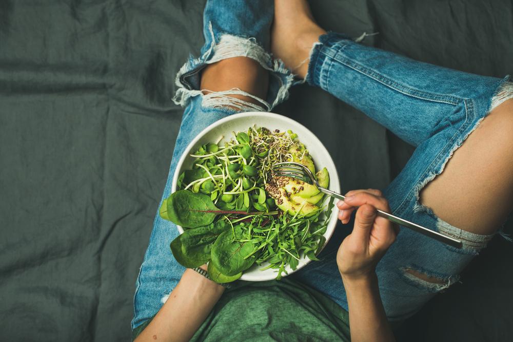 Салат из свежей зелени, авокадо и семян чиа