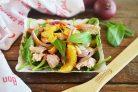 Большой салат с уткой, беконом, яблоками и апельсинами