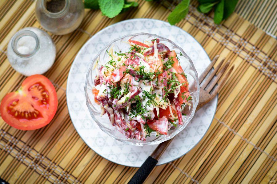Салат с копченой колбасой и помидорами