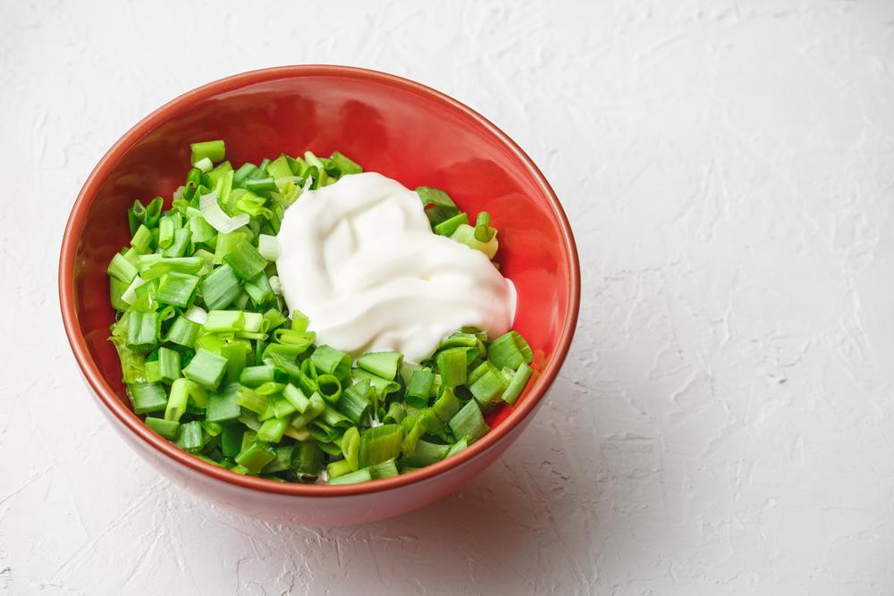 Салат из зеленого лука и сметаны