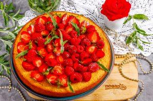Пирог с клубникой и малиной