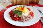 Салат с кальмарами, помидорами и перцем