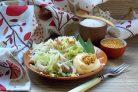 Пикантный салат с дайконом и курицей