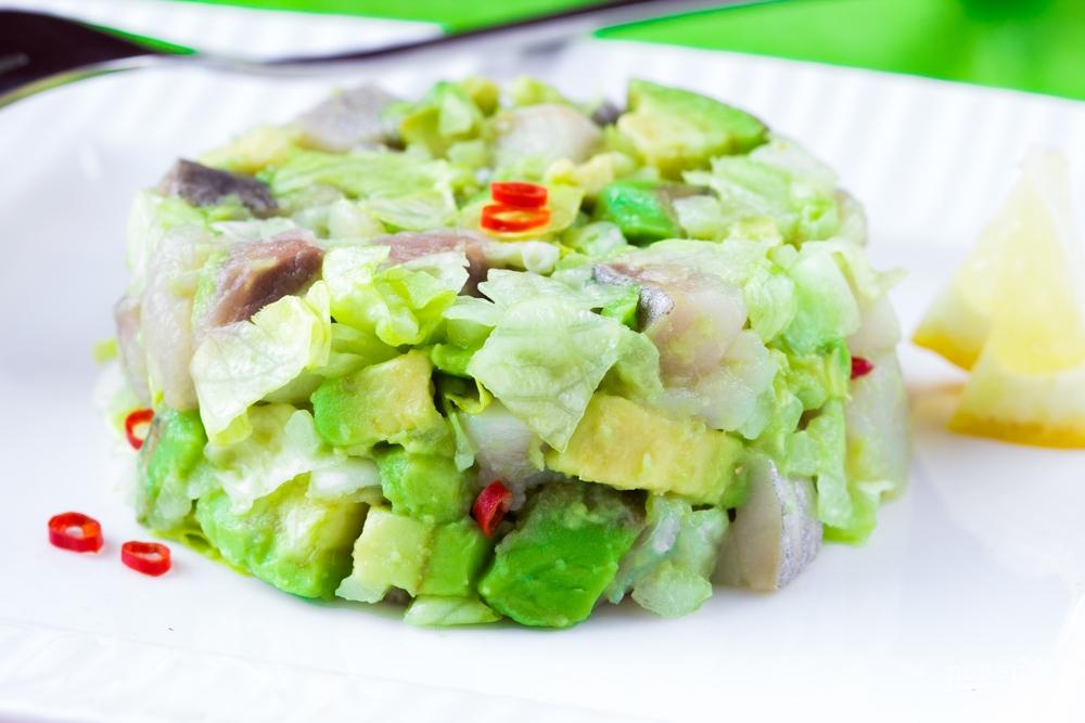 Салат с авокадо, селедкой и чили