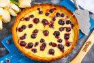 Пирог с голубикой и сметанной заливкой