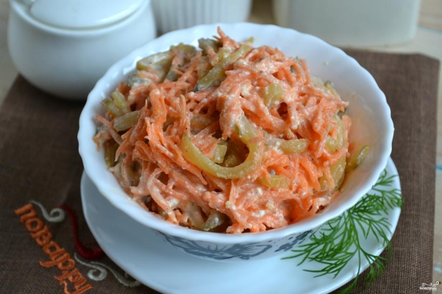 Салат с корейской морковью, крабовыми палочками и горошком