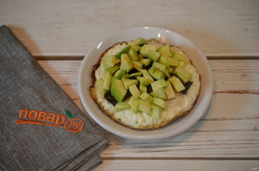 Яичница с беконом и авокадо