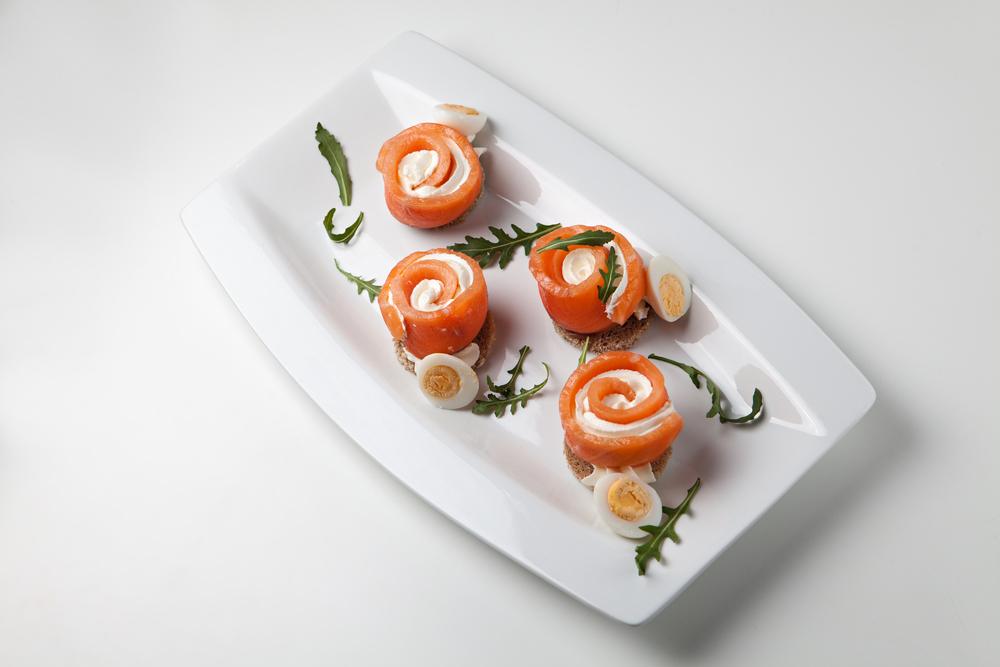 Канапе с лососем, крем-сыром и яйцом
