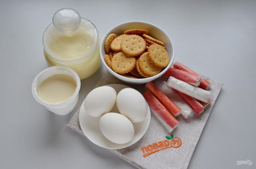 Закуска на крекерах с крабовыми палочками