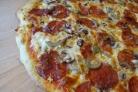 Пицца с колбасой и грибами