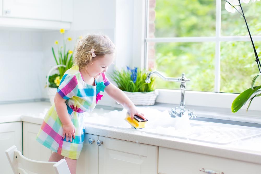 Мытье раковины кухонной губкой