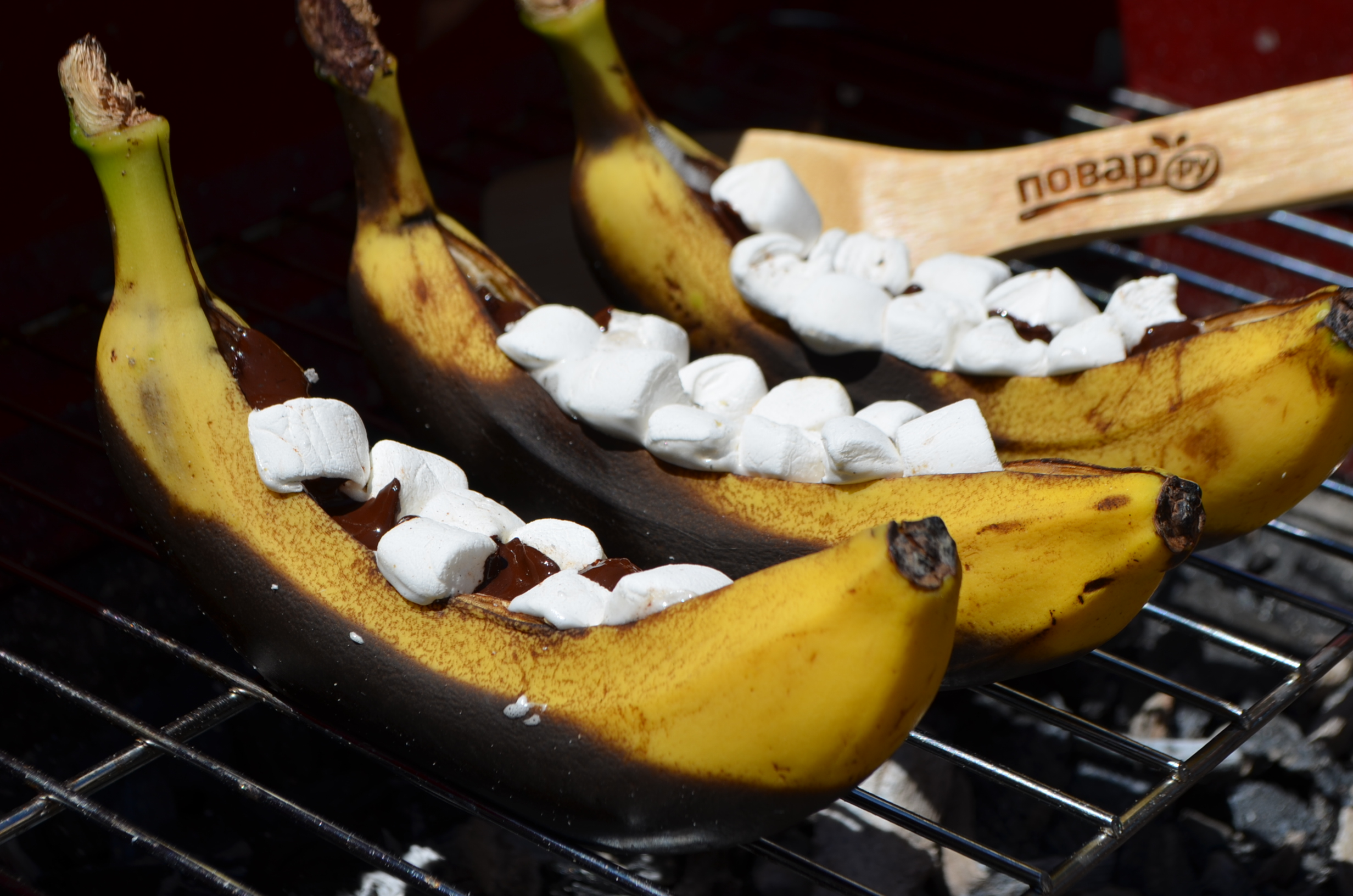 Запеченные на гриле бананы с шоколадом и зефирками