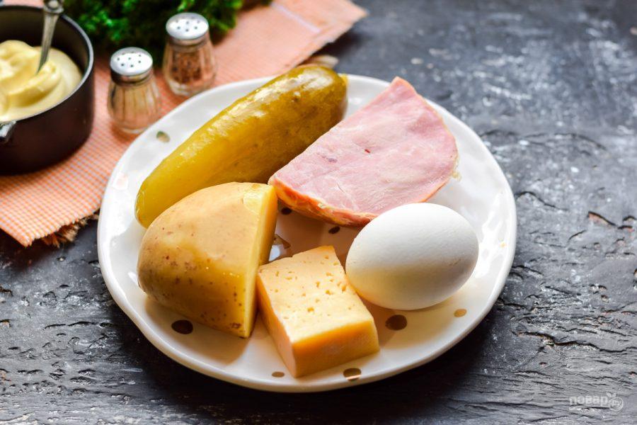 Ингредиенты для салата с сыром, ветчиной и огурцом