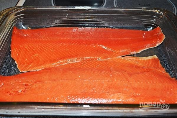 Красная рыба с морковью и луком