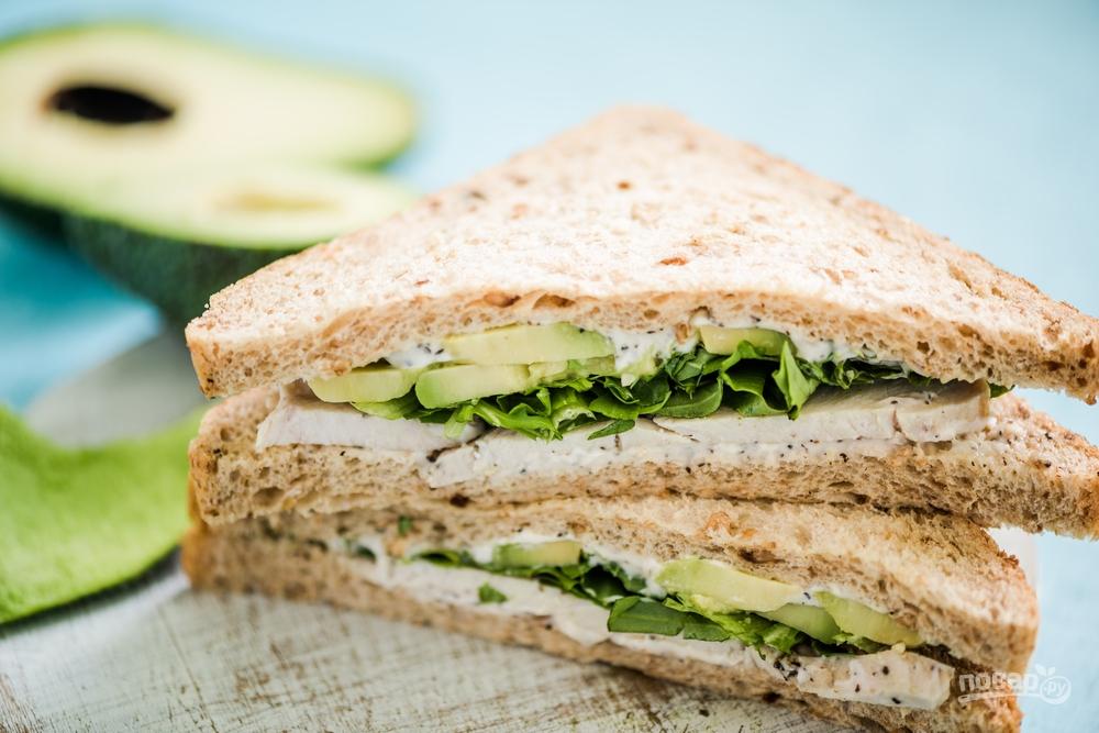 Сэндвич с курицей, беконом и авокадо