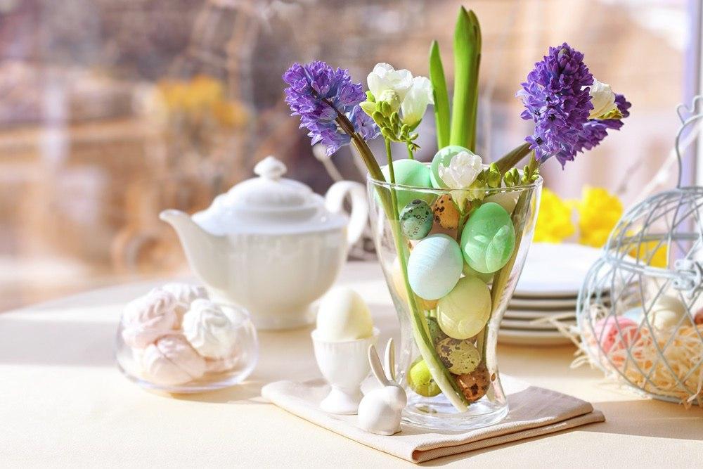 Украшение пасхального стола. Ваза с яйцами