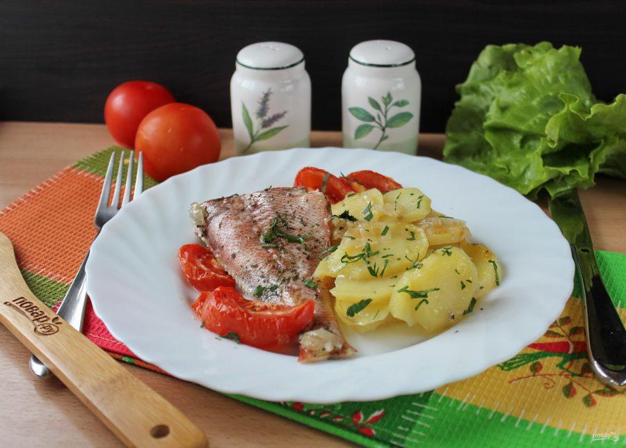 Морской окунь в духовке с помидорами