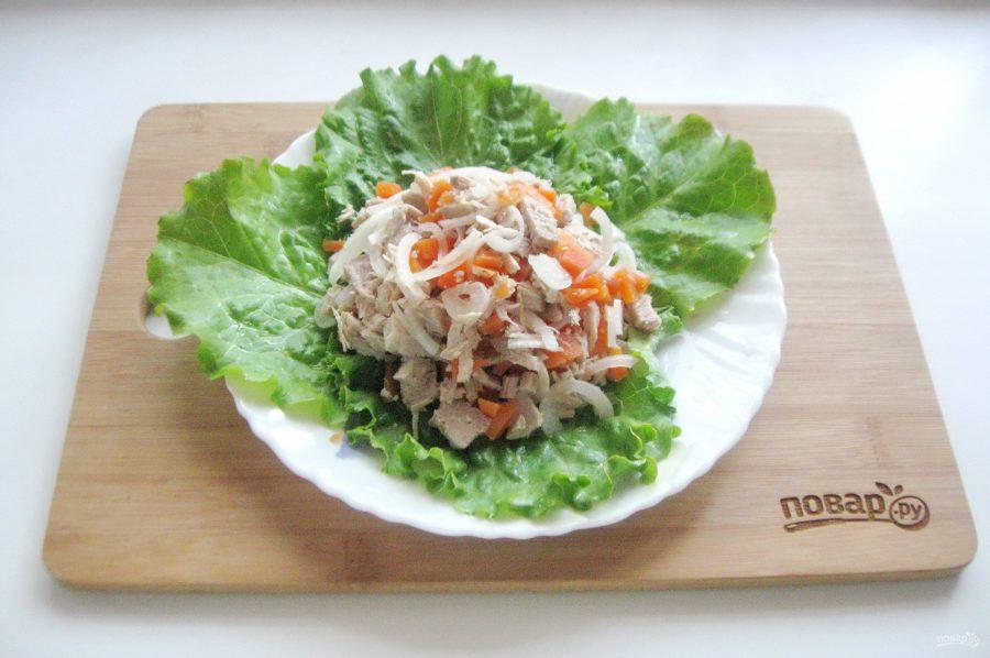 Мясной салат с маринованным луком