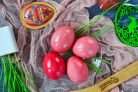 Крашеные свеклой яйца (розовые)