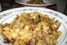 Картошка со свининой и грибами на сковороде