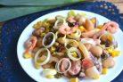 Салат из морепродуктов с фасолью, кукурузой и каперсами
