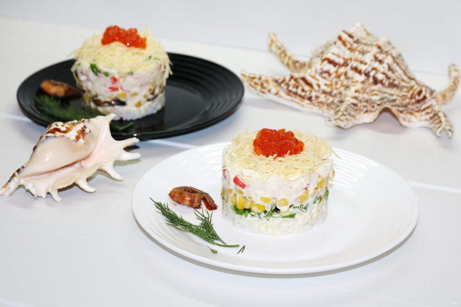 Салат с морепродуктами, крабовыми палочками и рисом