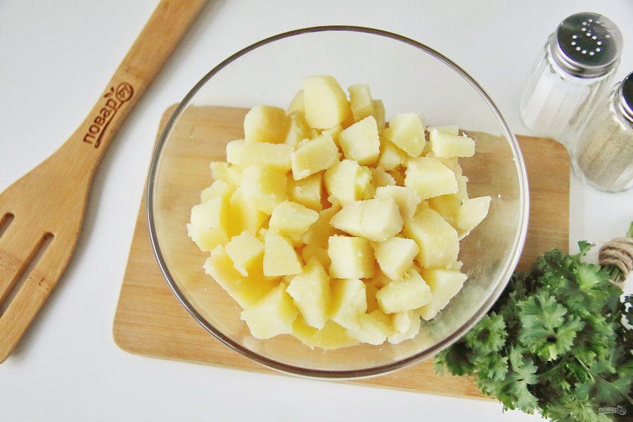 Рыбный салат из консервов с картошкой