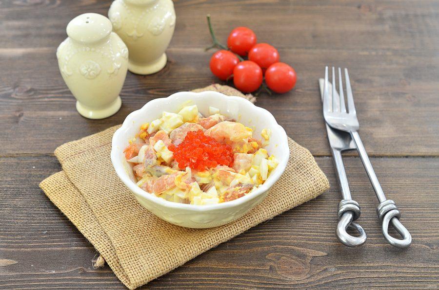 Салат по-царски с семгой и креветками