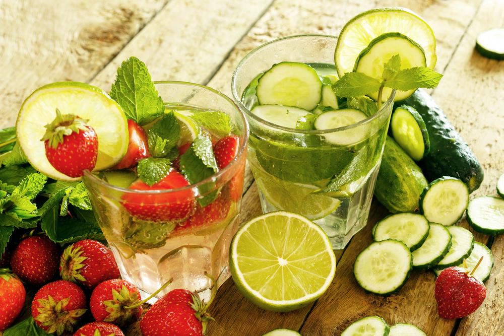 Освежающая воды с клубникой, лаймом и огурцом