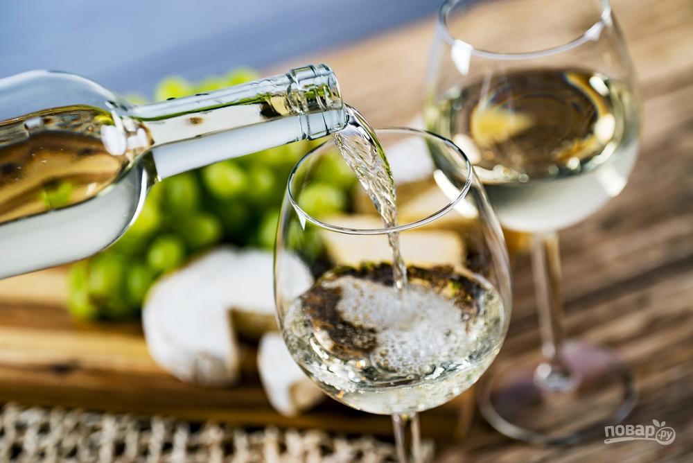 Белое вино наливают в бокал