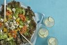 Салат с кукурузой, морскими гребешками и помидорами