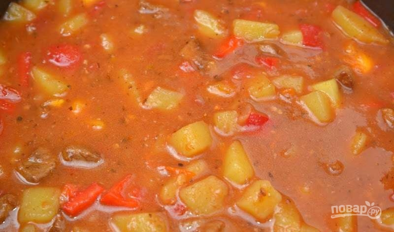 Спустя сорок минут открыть крышку, выложить поверх мяса картошку, закрыть крышку и продолжать готовить в том же режиме еще сорока минут.
